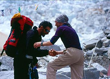 Dragan Jaćimović prima čestitke nakon uspona na Mont Everest