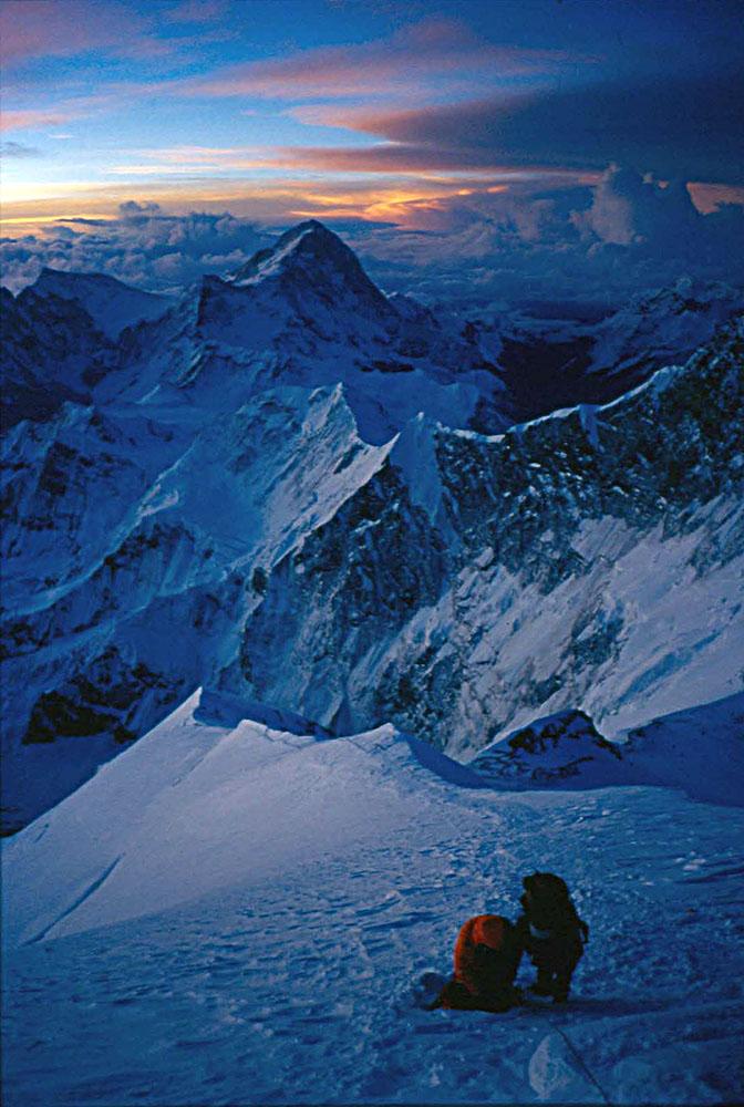 Dragan Jaćimović tokom ekspedicije na Himalajima. U daljini vrh Ama Dablam