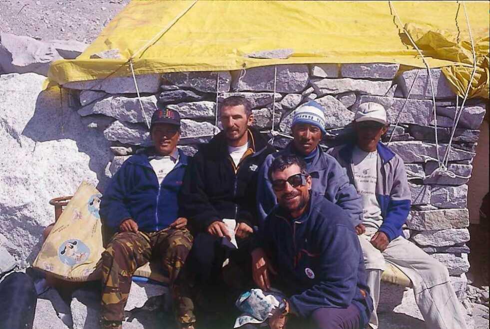 Dragan Jaćimović i Goran Ferlan sa Šerpasima na Mont Everestu tokom ekspedicije u maju 2000. godine