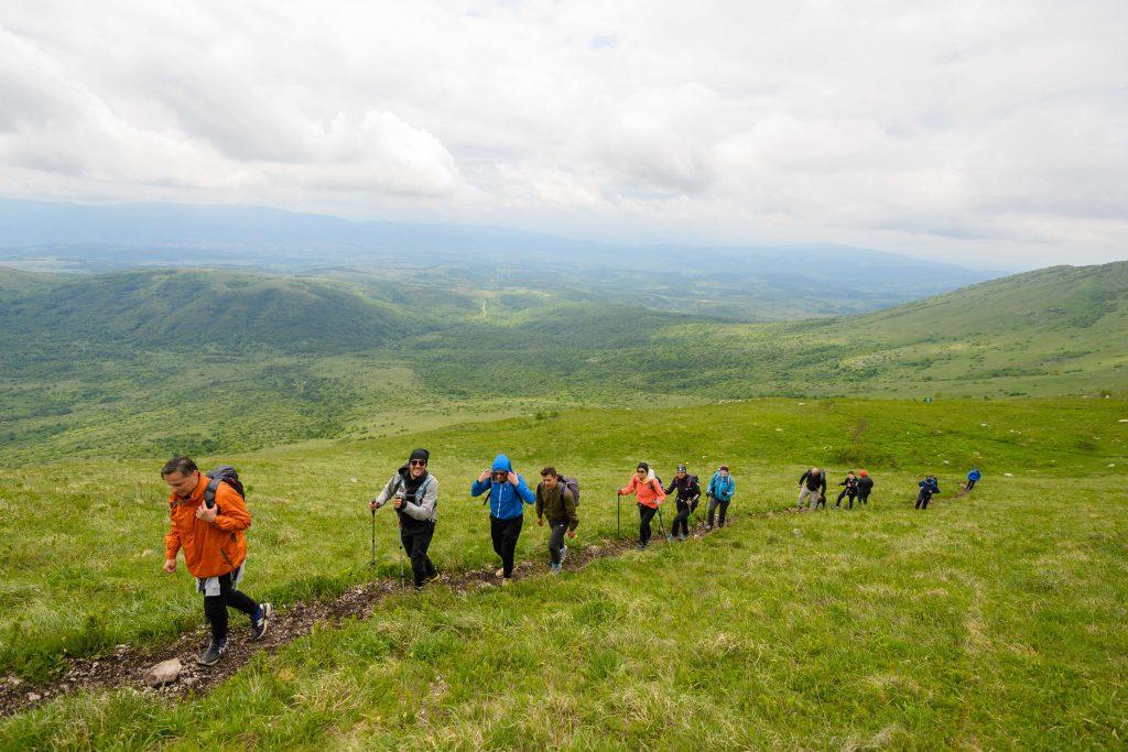 Planinari pešače po planini - prirucnik za avanturiste.