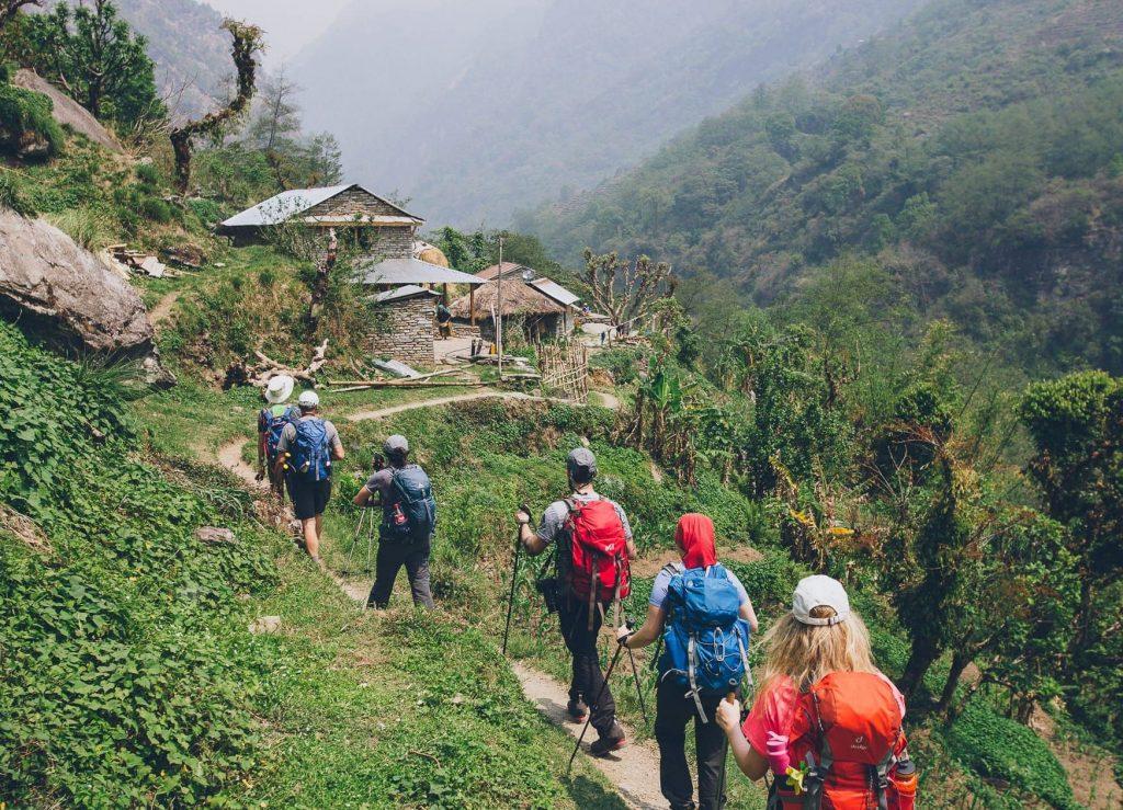 Grupa planinara na Himalajima hodaju po planinskom putu.