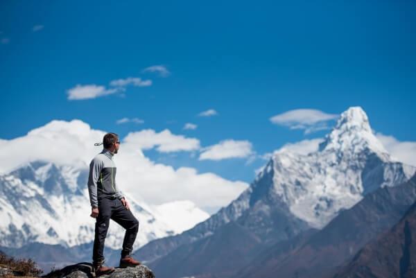 Planinar na Himalajima gleda u snežne vrhove