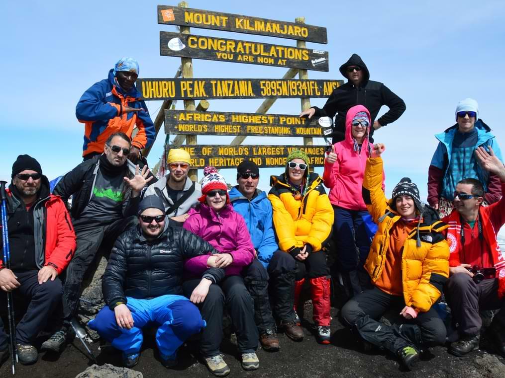 Srećni planinari koji su uspešno popeli vrh